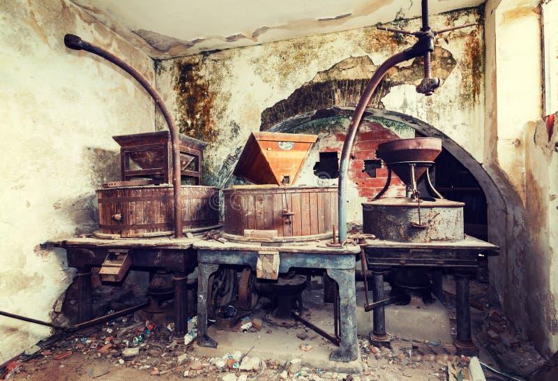 葡萄酒老被放弃的酿酒厂 免版税库存图片