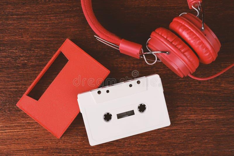 葡萄酒耳机和卡型盒式录音机 库存照片