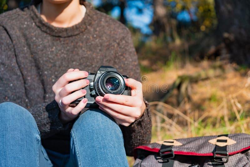 葡萄酒胶卷相机在女性手上 关闭突然上升了妇女ho 免版税库存图片