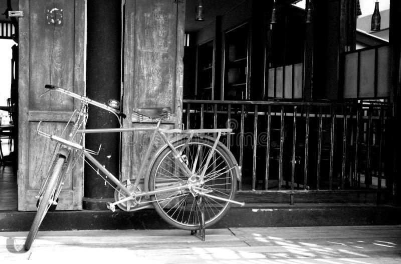 葡萄酒自行车、经典之作、白色和黑色 免版税库存照片