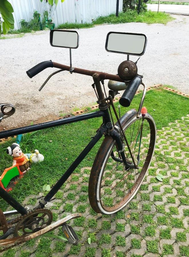 葡萄酒自行车公园的关闭绿草的 免版税库存照片