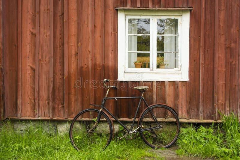 葡萄酒自行车和小屋 库存照片