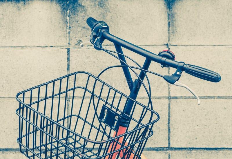 葡萄酒自行车篮子和把柄 免版税库存照片