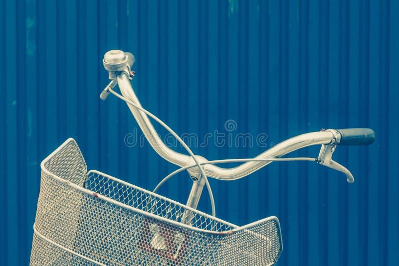 葡萄酒自行车篮子和把柄 图库摄影