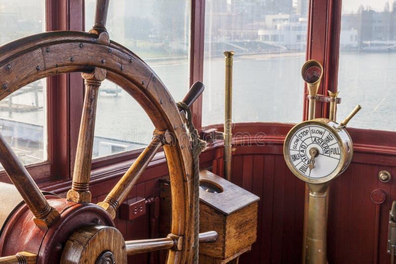 葡萄酒船方向盘 库存图片
