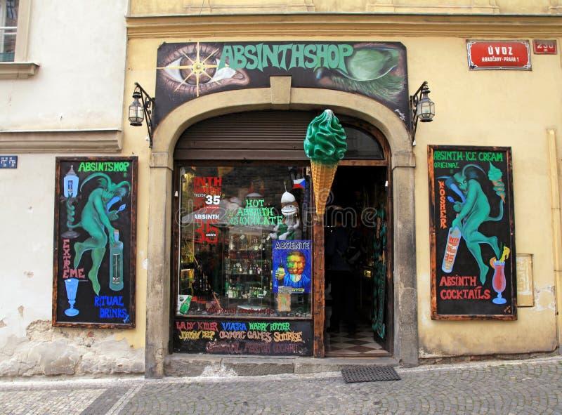 葡萄酒苦艾酒商店在布拉格` s老镇 免版税库存图片