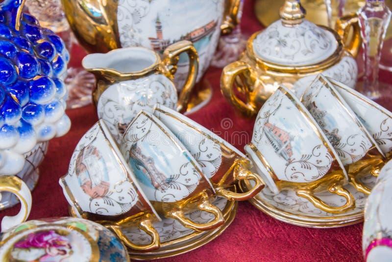 葡萄酒茶具在跳蚤市场上 库存照片