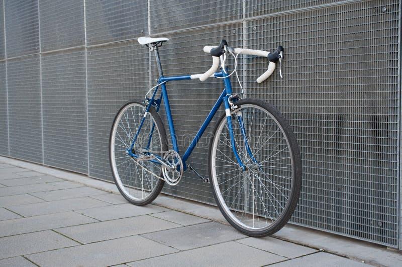 葡萄酒蓝色城市,有白色细节的路自行车 库存图片