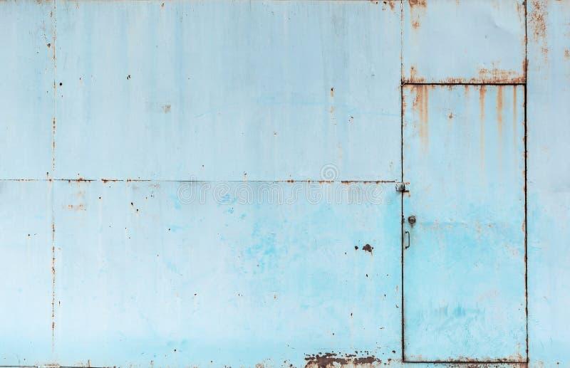 葡萄酒蓝色生锈的金属板门纹理背景 库存照片