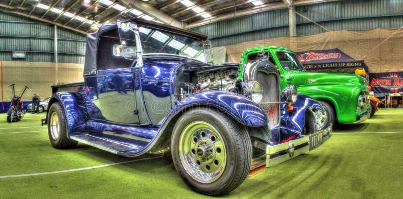 葡萄酒蓝色福特旧车改装的高速马力汽车 免版税图库摄影