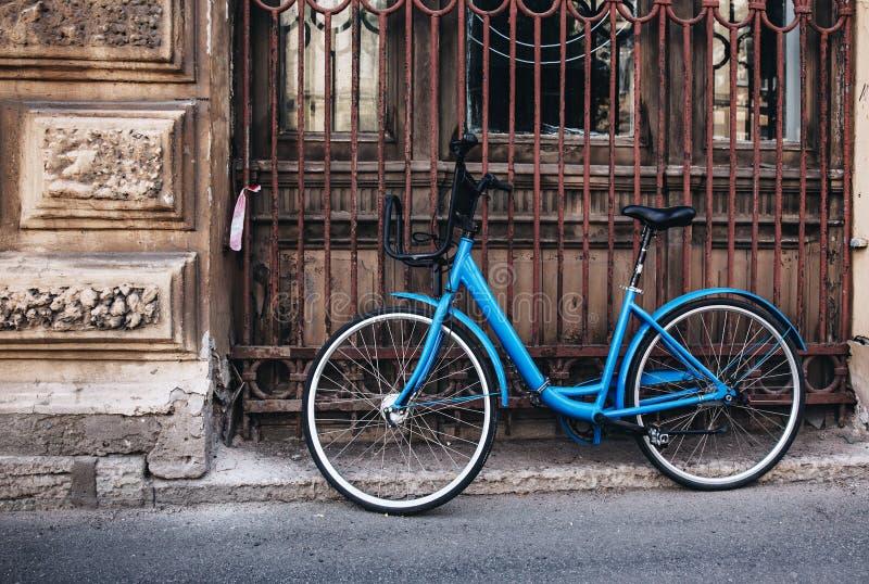 葡萄酒蓝色自行车 库存照片