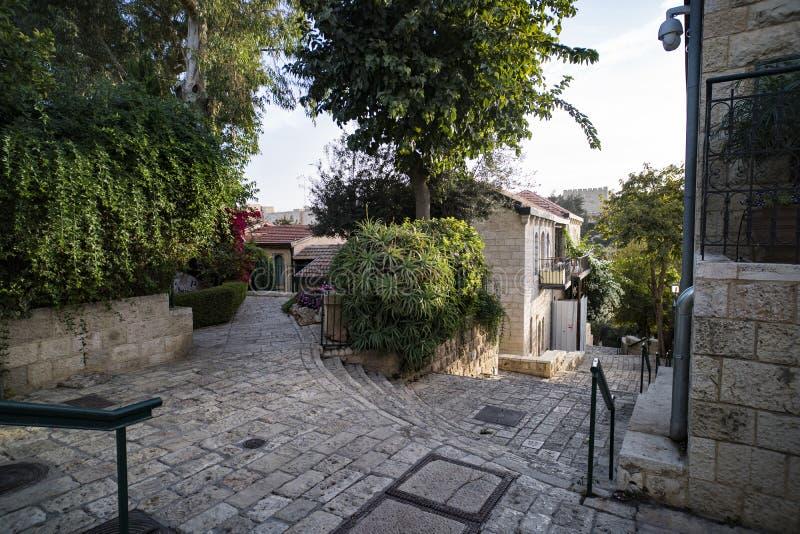 葡萄酒街道美好的田园诗看法在某一地中海镇 旅行和旅游业 与绿色的老石住宅区 免版税库存照片