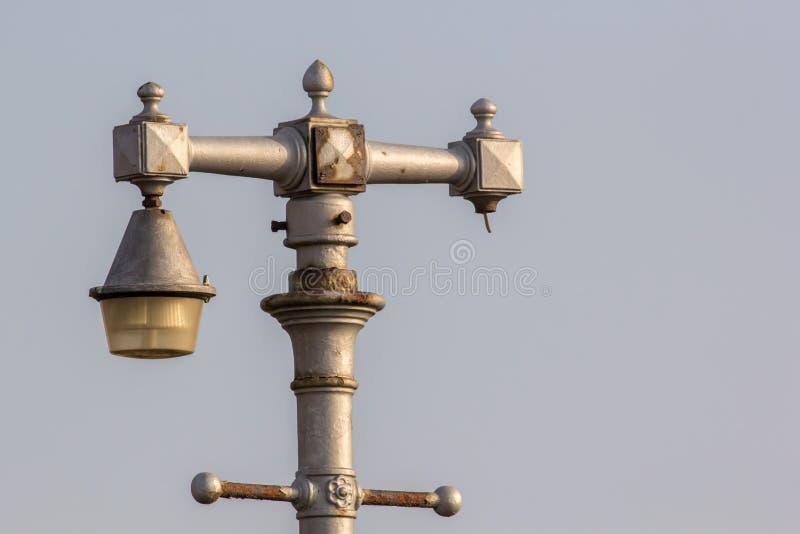 葡萄酒装饰街灯 残破的古色古香的灯岗位 库存照片