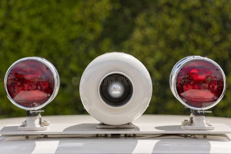 葡萄酒警报器和光在警车 免版税图库摄影