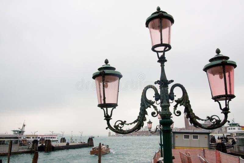 葡萄酒路灯柱在威尼斯,意大利 免版税库存照片