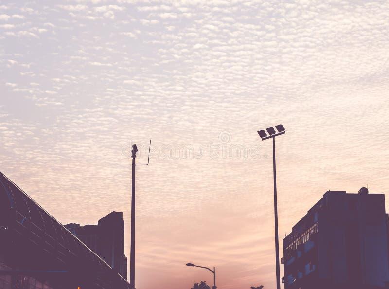 葡萄酒过滤器:日落场面剪影与大厦的在cit 库存图片