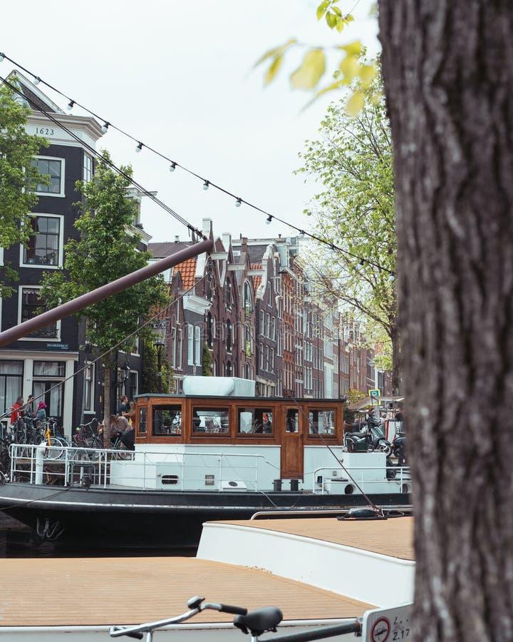 葡萄酒运河船在阿姆斯特丹运河通过  免版税库存图片