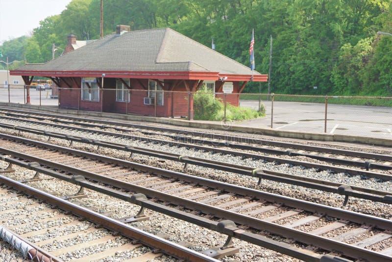 葡萄酒邮局在停车场单独站立在火车轨道旁边 库存图片