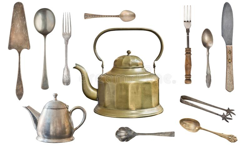 葡萄酒金属在白色背景隔绝的古色古香的水壶、匙子、叉子、刀子、糖钳子和蛋糕铁锹 免版税库存图片