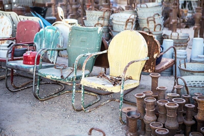 葡萄酒金属椅子待售 免版税库存照片