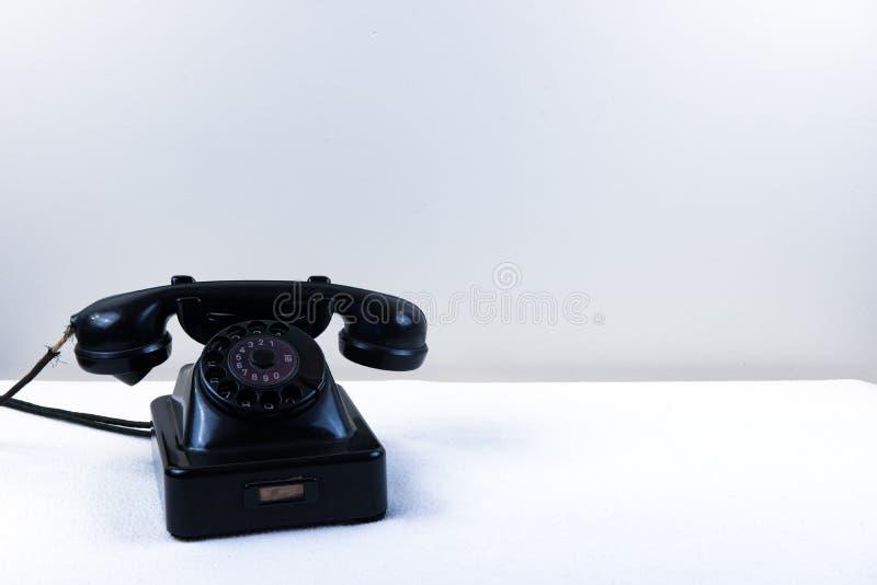 葡萄酒钢琴有被隔绝的经典轮循拨号的黑色电话 免版税图库摄影