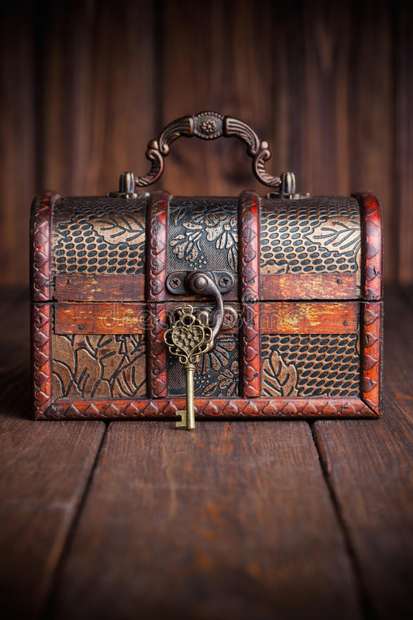 葡萄酒钥匙和老宝物箱 免版税图库摄影