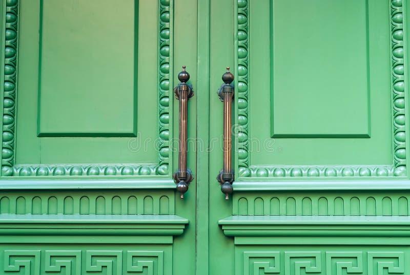 葡萄酒铁与装饰品的门把手在绿色淡色背景,古色古香的对象的概念,自然光,拷贝空间 免版税图库摄影