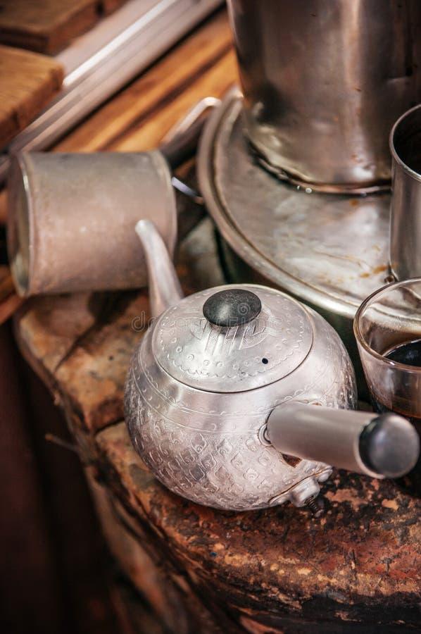 葡萄酒铁咖啡或茶罐在泰国地方咖啡店 免版税库存照片