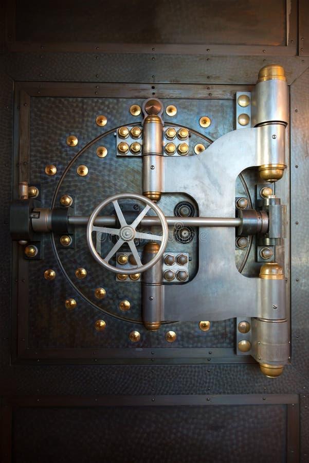 葡萄酒银行地下室门保险柜 免版税库存照片