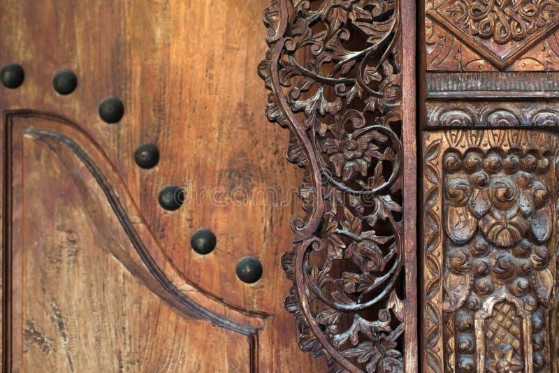 葡萄酒门巴厘语样式的木雕刻的部分 图库摄影