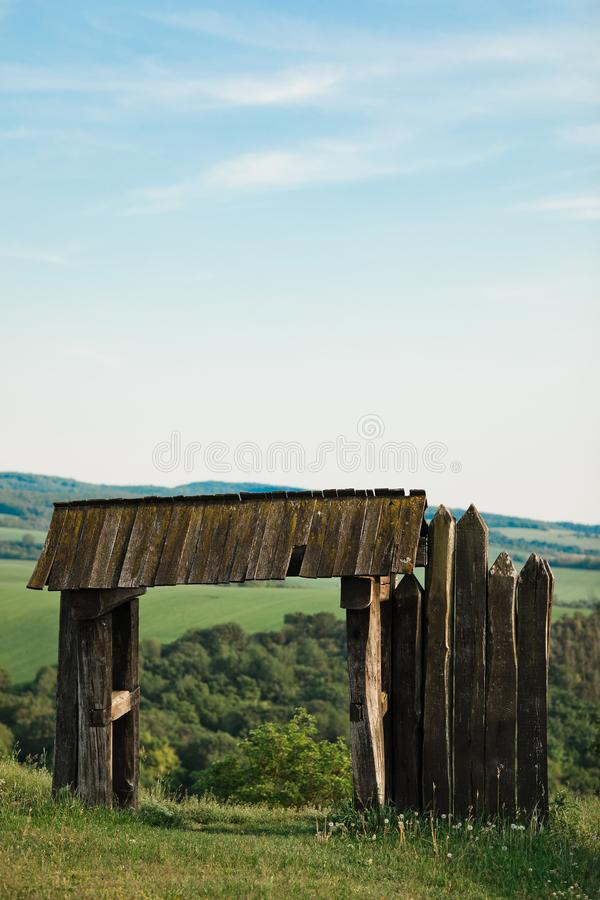 葡萄酒门户,古城木门 向量例证