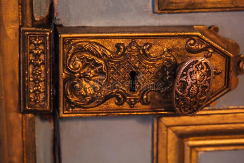 葡萄酒门折页用金叶特写镜头报道的被绘的样式 在内部的豪华配件 免版税库存照片