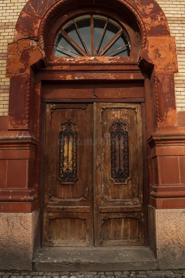 葡萄酒门的图象在老砖瓦房的 库存图片