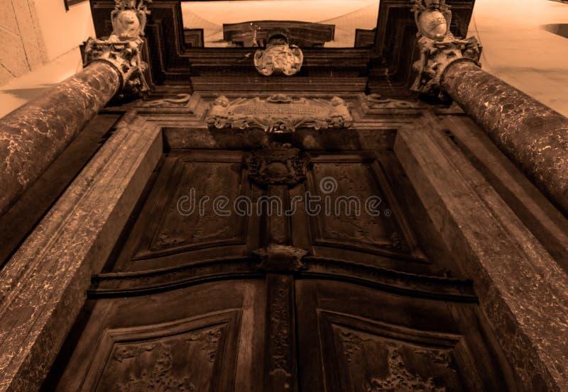 葡萄酒门的底视图 库存图片
