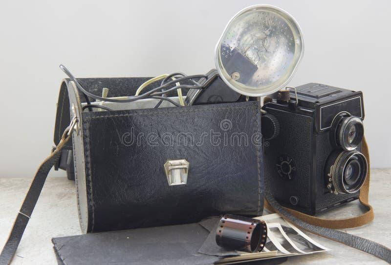 葡萄酒闪光和照相机在桌上 免版税库存图片