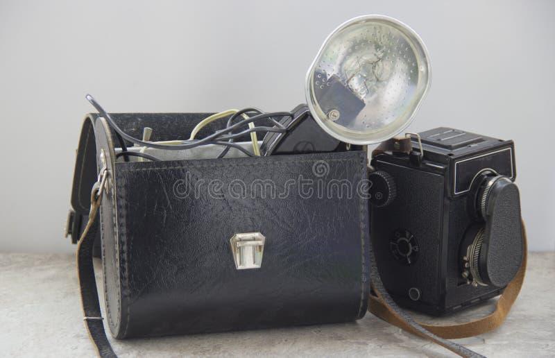 葡萄酒闪光和照相机在桌上 题字:海鸥 免版税库存照片