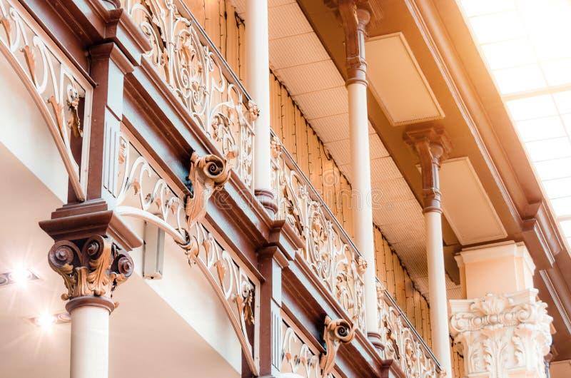 葡萄酒雕刻了在阳台和台阶的扶手栏杆 图库摄影