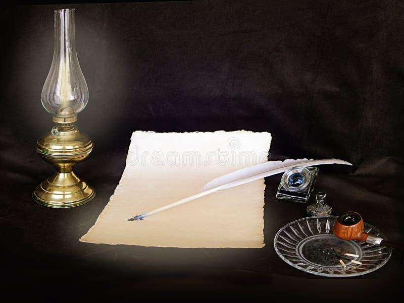 葡萄酒静物画、信件、笔、管子和被点燃的油灯 免版税库存照片