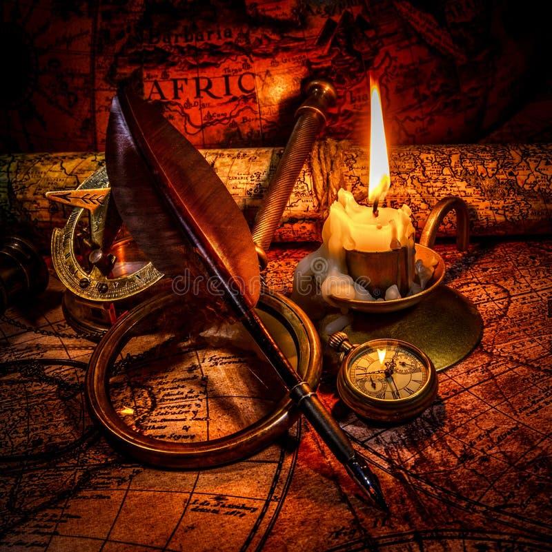 葡萄酒静物画。在古老地图的葡萄酒项目。 免版税库存照片