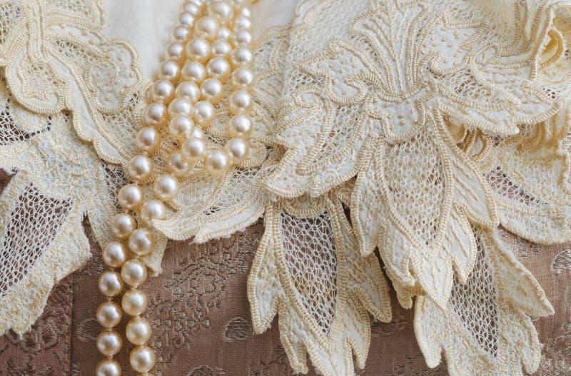 葡萄酒鞋带手帕和珍珠 免版税库存照片