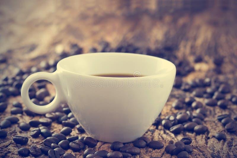 葡萄酒颜色口气、咖啡杯和豆在老木 图库摄影