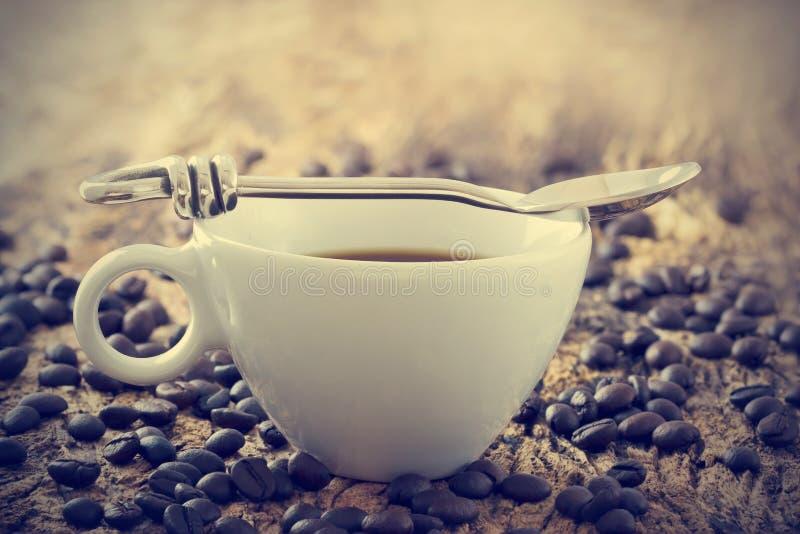 葡萄酒颜色口气、咖啡杯有匙子的和豆在老木背景 库存照片