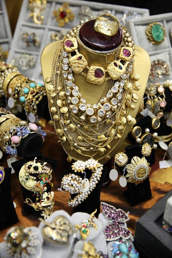 葡萄酒首饰、项链和别针的大数在金子 免版税库存照片