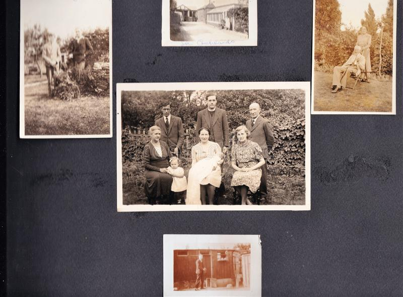 葡萄酒黑白照片全家福象册20世纪30年代- 20世纪60年代 免版税库存照片