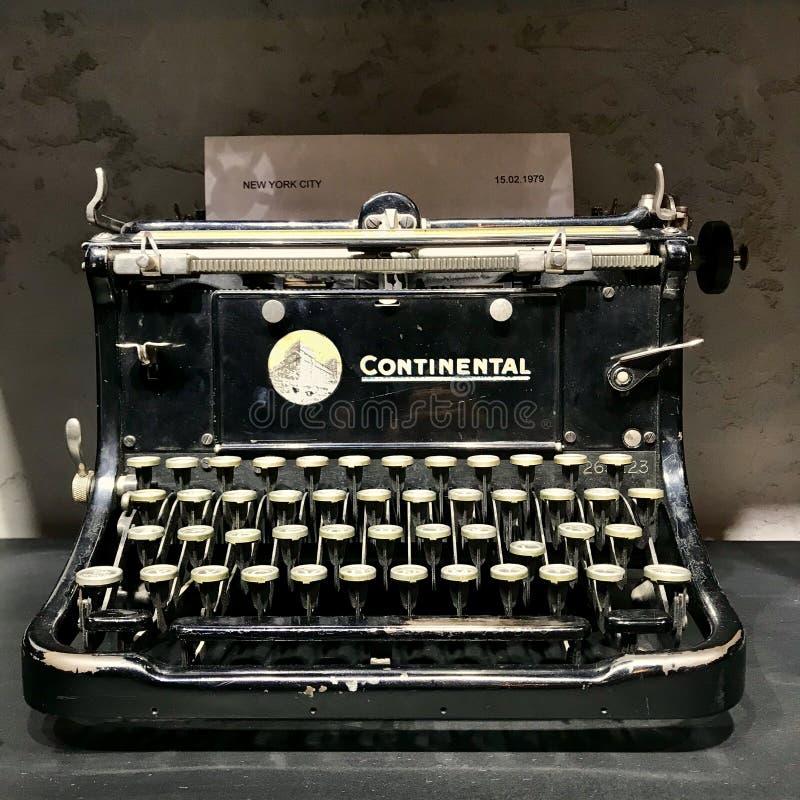 葡萄酒黑色打字机 老材料 免版税库存图片
