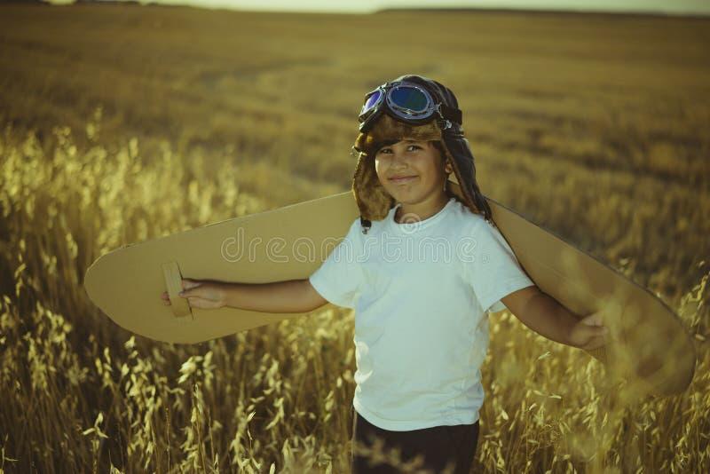 葡萄酒,使用的男孩是飞机飞行员,有aviato的滑稽的人 库存图片