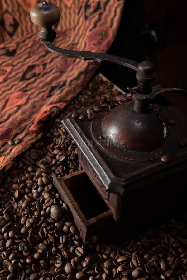 葡萄酒,在黑背景的减速火箭的古铜色咖啡碾 图库摄影