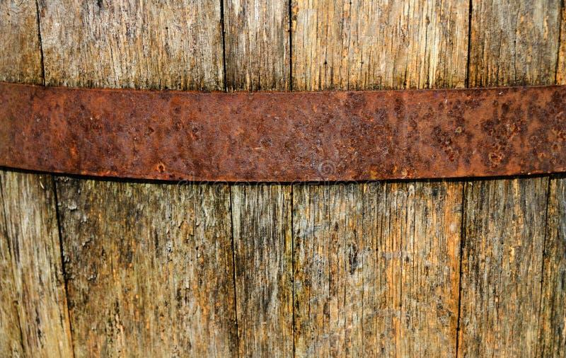 葡萄酒,被风化的,木葡萄酒桶和金属箍 免版税库存图片