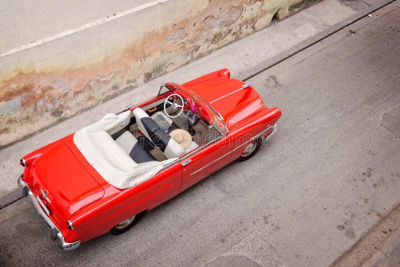 葡萄酒经典美国汽车,看法从上面在哈瓦那 免版税图库摄影