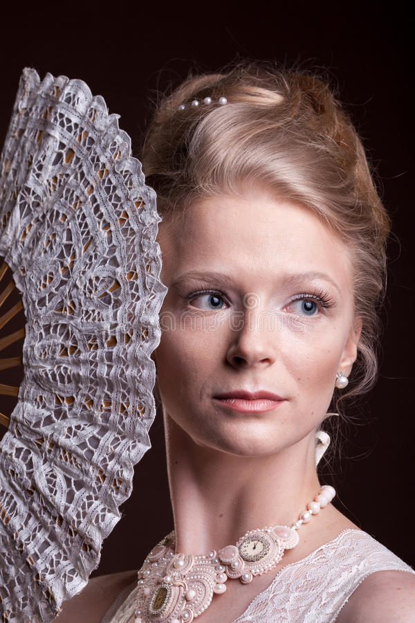 葡萄酒维多利亚女王时代的礼服的妇女有一个东方爱好者的在手中 库存照片